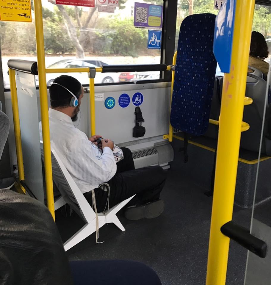 הרגע הזה שאתה נוסע לעבודה וחולם על הים ( בתמונה חרדי יושב על כיסא של ים באוטובוס )